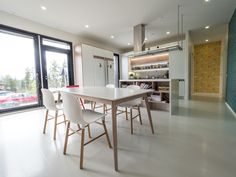 Modern Scandinavian style kitchen. / Moderni skandinaaviseen tyyliin sisustettu keittiö. www.valaistusblogi.fi