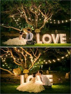 Luzes suspensas na decoração do casamento.