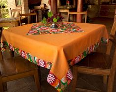 artesanato com chita - Pesquisa Google Lace Table, Sewing Table, Dinning Table, Diy Bed, Mug Rugs, Table Toppers, Kitchen Curtains, Table Linens, Soft Furnishings