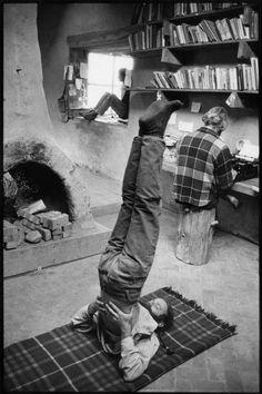 Henri Cartier-Bresson // USA. New Mexico. Near Taos. The Lama Foundation community. 1971. In the library.
