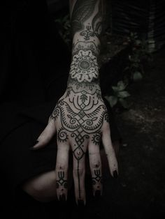 Hannah Snowdon's hand tattoo she is a tattoo artist and is opening her shop soon hopefully and is engaged to bring me the horizon frontman and owner of drop dead Oli Sykes