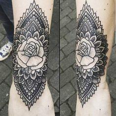 Tatouage femme Rose Noir et gris sur Poignet