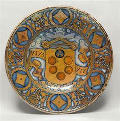 Musée d'Ecouen - Plat: au centre, un écu d'or aux armes des Médicis. E.CL.2439. Entre 1523 et 1534, Collection Delange, 1855. DERUTA (origine). Faïence.