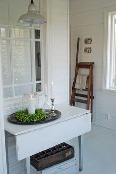 Simple pale painted drop leaf table - Vita Ranunkler: september 2011