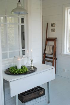 Simple pale painted drop leaf table - Vita Ranunkler: september 2011