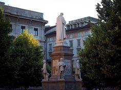 La statua di spalle . . . #milano #milan #milanocity #piazzadellascala #statua #trees #city #urban #art #architecture #agameoftones #volgomilano #volgolombardia #volgoitalia #igersmilano #ig_milan #milanodavedere #green #milanodascoprire #lascala #streetphotography #photography #picoftheday #photooftheday #olympus #composition #focus #italia365 by dona7o