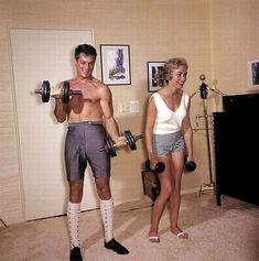 Tony Curtis and Janet Leigh. Giving you a shirtless Tuesday lesson in working out. WTF is Tony wearing? Tony Curtis, Jamie Lee Curtis, Janet Leigh, Vivien Leigh, Jerry Lewis, Ann Margret, Dean Martin, Classic Hollywood, Fotografia