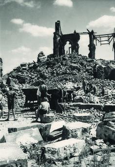 Warszawa lata 40.Kościół św. Floriana na Pradze, najwybitniejsze dzieło Józefa Piusa Dziekońskiego z lat 1887-1904, Niemcy wysadzili we wrześniu 1944 roku, wycofując się z Warszawy.
