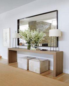 miroir entrée géant, console en bois et deux tabourets avec rangement