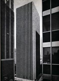 CBS Building, NYC, Eero Saarinen + Paul Weidlinger, 1964 // reinforced concrete skyscraper, inner core and perimeter walls New York Buildings, Modern Buildings, Black And White Building, Eero Saarinen, Alvar Aalto, Building Art, Architecture Photo, Layout, Brutalist