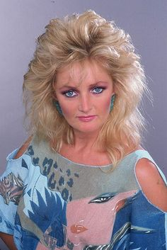 Bonnie Tyler - total eclipse of the heart Retro Hairstyles, Easy Hairstyles, Medium Hair Styles, Curly Hair Styles, Divas, 80s Hair Bands, Bonnie Tyler, Retro Makeup, Corte Y Color