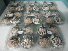 Bandeja de cupcake com dois recheados com brigadeiro e dois com creme de café.