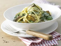 Die kurze Mangold-Saison solltet Ihr nutzen.Spaghetti mit Mangold - in Pilz-Rahm-Sauce - smarter - Kalorien: 393 Kcal - Zeit: 30 Min. | eatsmarter.de