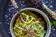 Um prato de massa que ganha com a introdução das ervilhas. Estas conferem um toque mais leve que casa muito bem com o crocante do bacon