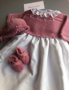 Faldón Sweetpea hecho a mano Little Girl Dresses, Girls Dresses, Summer Dresses, Other Outfits, Girl Outfits, Baby Jumpers, Baby Knitting Patterns, Crochet Projects, Knit Crochet