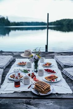 waffles on the lake for breakfast)) tasty and tranquility all at once)… Emmmm…. waffles on the lake for breakfast]] tasty and tranquility all at once]]] Comida Picnic, Picnic Time, Fall Picnic, Picnic Parties, Outdoor Parties, Summer Picnic, Summer Food, Fresco, Summer Vibes