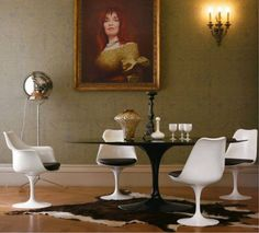 Mid-Century Saarinen dining Pedestal Table & Tulip Chairs mixed with antiques Mesa Saarinen, Saarinen Tisch, Saarinen Table, Dining Room Design, Dining Room Table, A Table, Dining Set, Dining Chairs, Tulip Chair
