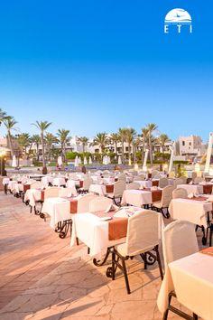 """Urlaub in Ägypten - Urlaub in Marsa Alam / Port Ghalib am Roten Meer  Siva Port Ghalib - RED SEA HOTEL  Dieses luxuriöse Resort bildet mit dem Schwesterhotel """"Port Ghalib Resort"""" eine gemeinsame und großzügige Hotelanlage. Des Weiteren gibt es neben einer eleganten Empfangshalle mit Rezeption und Lobby, eine Shisha-Ecke, das Hauptrestaurant, das Restaurant """"Lagoon"""" mit Buffet am Abend sowie das """"Cardamom"""" à la carte am Strand, das """"Fattoush""""und verschiedene Bars.  #egypt #restaurant… Marsa Alam, Buffet, Restaurant, Am Meer, Outdoor Furniture Sets, Outdoor Decor, Red Sea, Hotels, Strand"""