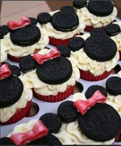 Adorable and easy cupcake for that Minnie Mouse party!
