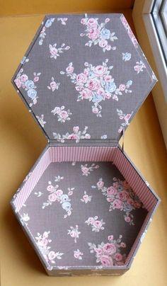 Diy Cardboard Furniture, Cardboard Crafts, Diy Gift Box, Diy Box, Scrapbook Box, Scrapbooking, Wedding Gift Baskets, Fabric Covered Boxes, Geometric Origami