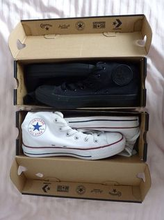 Chuck Taylor All-Star (aka Converse): make a statement with all black or squeaky-clean white. A comfy classic. Sock Shoes, Cute Shoes, Me Too Shoes, Shoe Boots, Tenis Converse, Converse Shoes, Shoes Heels, Converse Fashion, Black Converse