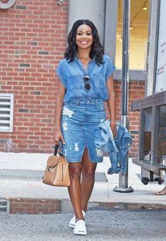 O jeans sempre está presente no nosso guarda-roupa, mais algumas meninas ainda sentem receio em usar saia jeans. Para ajudar trouxemos algumas inspirações de looks com diferentes tipos de saia jeans. Experimente e se divirta com a moda. Jeans Despojado, Saia Com Tenis, Minissaias, Moda Anos 90, Roupas Jeans, Jaqueta Jeans, Detalhes De Moda, Looks Com Saias, Roupas Africanas