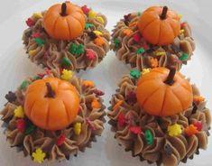 cupcake-wrapper-thanksgiving-pumpkins Thanksgiving Cupcakes, Holiday Cupcakes, Pumpkin Cupcakes, Yummy Cupcakes, Autumn Cupcakes, Thanksgiving Food, Fall Food, Thanksgiving Decorations, Making Cupcakes