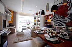 Detalhe: parede cinza claro, sofá claro e móveis branco e de madeira. sala fernanda marques