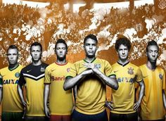 Nike, marca que patrocina a la selección brasileña de fútbol desde 1990, presenta una serie de camisetas amarillas creadas especialmente para los cinco equipos más representativos de fútbol de la l...