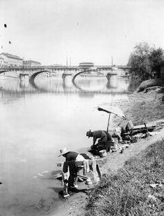 Due donne fanno il bucato sulle rive del fiume Po, 1930