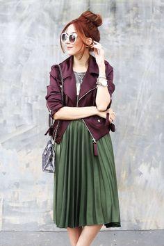 Guita Moda: 7 cores que são a cara desse inverno Jaqueta bordeaux, t-shiert cinza, saia plissada verde militar