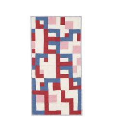 Pécs 過去のA.P.C.コレクションの生地、生成、赤、ブルー、ピンクのコットンを使用したパッチワーク. 薄手の中綿入り. ハンドステッチ. ジェシカ・オグデン & ジャン・トゥイトゥによるデザイン. 数量限定. サイズ: 60 x 120 cm.