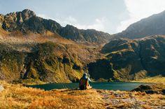 Peisajele din tara noastra sunt unice prin multitudinea de formatiuni geologice si speciile de animale care le populeaza. De ce sa nu le descoperim si sa ne bucuram de ele? Iata ghidul nostru cu recomandari de trasee montane pe care nu trebuie sa le ratezi. Romania, Arctic, Montana, Wanderlust, Country, Mai, Places, Nature, Travel