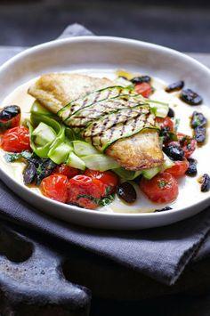 Bar en robe de courgettes grillées, tomates, olives, basilic et carpaccio d'asperges