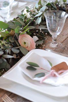 Eukalyptus-Hochzeit – Teil 2: Tischgirlande selber binden   Blumigo Flower Arrangement Designs, Flower Arrangements, Long Table Centerpieces, Bridal Table, Wedding Decorations, Table Decorations, Wedding Ideas, Flower Garlands, Holiday Cocktails