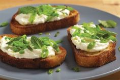 Special hors d'oeuvres for Valentine's Day: Crostini with Ricotta, Sugar Snap Peas and Mint - Pots and Pans