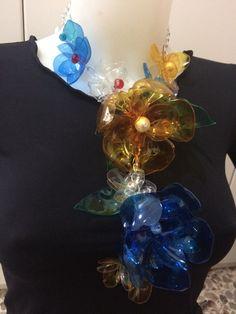 #collana #metallica con #fiori in#plastica #riciclata #colorata #metallic #necklace with #flowers in #ricicled #coloured #plastic #collar #metalico con #flores en #plástico #reciclado #oro18 www.oro18.eu