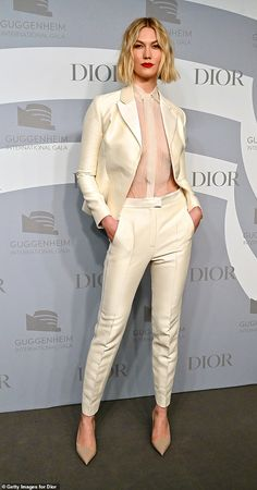Karlie Kloss is bra-less in ivory pantsuit while Charlize Theron is chic in black at Guggenheim Gala Karlie Kloss Short Hair, Karlie Kloss Style, Pelo Midi, Charlize Theron Style, Suit Guide, Derby, Aesthetic Women, White Suits, Model Look