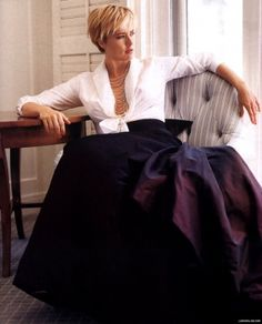 I've always loved this formal look. And Tea Leoni makes it look even more glamorous, comfortable & accessible. Amazing!