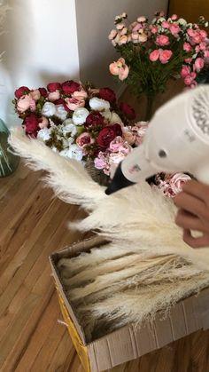 Make your pampas grass super fluffy with hot hairdryer - Hochzeitsblumen Floral Wedding, Diy Wedding, Bouquet Wedding, Rustic Wedding, Dream Wedding, Grass Decor, Dried Flower Arrangements, Modern Floral Arrangements, Pampas Grass
