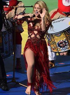 Antes de o jogo começar, foi a vez Shakira roubar os flashes ao se apresentar com Carlinhos Brown, Ivete Sangalo, Carlos Santana e Alexandre Pires Foto: GABRIEL BOUYS / AFP