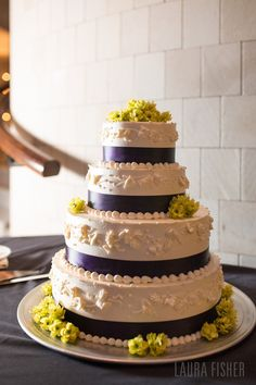 Love how they used hops as decoration on the cake. Perfect cake for the beer-loving couple...