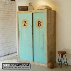 Schuifdeurkast van steigerhout met gekleurde deuren (meerdere kleuren mogelijk) ... www.vanlonden.com