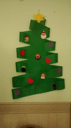 Árbol de navidad hecho con fieltro verde, decorado con adornos también de fieltro