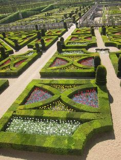 Amazing gardens and hedge display at Chateaux Villandry in France Formal Gardens, Outdoor Gardens, Garden Paths, Garden Landscaping, Formal Garden Design, Parks, Visit France, Fire Pit Backyard, Easy Garden