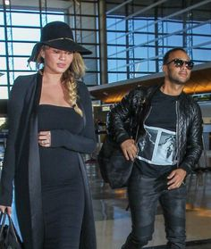 Chrissy Teigen – Arrives at LAX Airport in Los Angeles : Global Celebrtities (F) FunFunky.com
