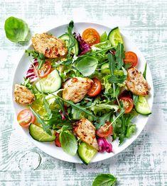10 συνταγές με κοτόπουλο για εύκολο γεύμα με άπαχη πρωτεΐνη (στο φούρνο, σε γάστρα, σαλάτα, τορτίγια, σούπα, ακόμα και ομελέτα) - Shape.gr Thai Grilled Chicken, Marinated Chicken, Grilling Recipes, Cooking Recipes, Caesar Salat, Thai Salads, Chicken Salad Recipes, Beef Salad, Greens Recipe