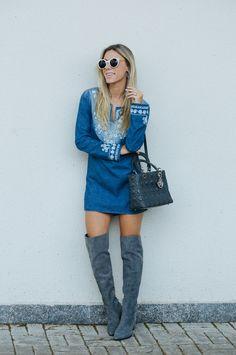 Nati Vozza do Blog de Moda Glam4You usa vestido jeans e bota clara em seu look.