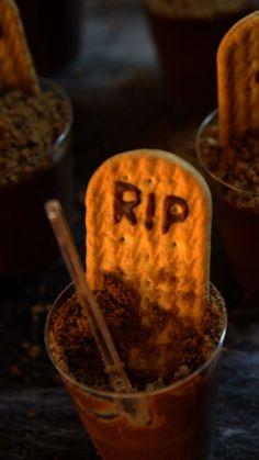 How to make graveyard chocolate cups. Halloween Desserts, Bolo Halloween, Postres Halloween, Creepy Halloween Party, Recetas Halloween, Halloween Chocolate, Halloween Treats, Halloween Decorations, Best Chocolate Cake