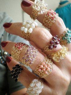 Crochet 14K Gold gefüllt Ring mit frischem Wasser weiße Perlen in gewebt. Eine schöne subtile aussagering. Juni Geburtsstein - Perlen. Ca. Breite-1-1,5 cm * Größe auf Bestellung gefertigt. * Sie erhalten eine ähnlich dem Foto. * Zarter Ring und sollte mit Vorsicht getragen werden. * Wie Sie